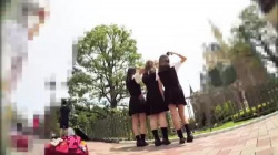 【盗撮・パンチラ】仲良し3人組女子高生が夢の国シンデレラ城広場で撮影に夢中になってる所をピンクのパンティを盗撮の画像