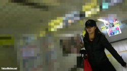 【盗撮・パンチラ】帽子をかぶった黒ストッキングの美脚のお姉さんをエスカレーターでスカートをめくってTバックパンティを盗撮の画像