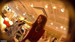 【盗撮・パンチラ】赤いノースリーブワンピースの大人の色気漂う美人店員のお姉さんの黒のパンティを盗撮の画像