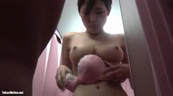 【盗撮・試着室】可愛い巨乳女子高生の女の子が水着を試着してる様子を盗撮の画像