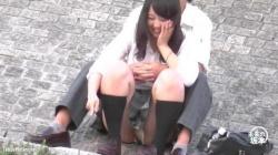【盗撮・パンチラ】公園でいちゃついてる高校生カップルを盗撮してたらJKのパンティが生理の日でナプキンがまっかっかの画像