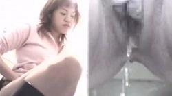 【盗撮・トイレ】ロングブーツを履いたギャルが某有名クラブトイレでオシッコしてる様子を隠し撮り。の画像