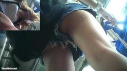 デニムショートパンツをはいた生足美脚のお姉さんを電車のなかでパンツの隙間からパンティを盗撮の画像