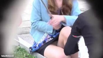 小さい子連れの若妻が公園の縁石で屋台のイカをしゃがんで食べてる所をパンスト越しのパンティを盗撮の画像