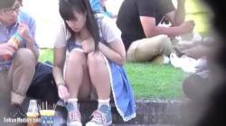 純白生パンティ丸見えで公園の縁石に座っておしゃべりしてるロリ美少女をこっそり盗撮の画像