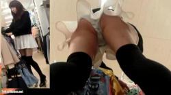 白のミニスカに黒のニーハイソックスを履いた可愛らしい店員のお姉さんが商品を整理してる所を前後、しゃがみパンティを盗撮の画像