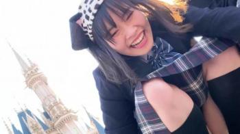 夢の国のシンデレラ城広場でジャンプして写真を撮ってはしゃいでるJK2人組のパンティを盗撮の画像
