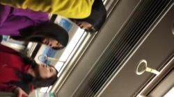 お友達と通学途中の車内でおしゃべりしてるJKの可愛らしいキャラパンティを盗撮の画像