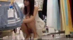 ノースリーブ白のワンピを着た綺麗な店員のお姉さんの商品を整理してる所をパンチラや胸チラなどをこっそり隠し撮りの画像