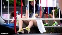公園の縁石で豚まんを食べてるお姉さんがパンティ丸見えだったのでこっそり隠し撮りの画像