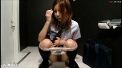 可愛いJKや綺麗なOLお姉さんたちの和式トイレでオシッコしてる様子を2カメで盗撮の画像