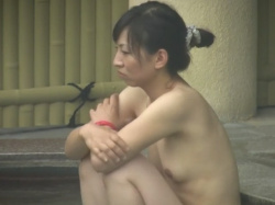 【パンチラ】若い娘さんから人妻熟女まで大勢入浴する露天風呂盗撮の画像