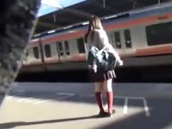 【本物痴漢】逆さ撮りを繰り返す盗撮師がとうとう我慢の限界に達し日々狙っていたJKを混雑する電車内で触りだしやがった!の画像