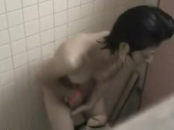 【本物盗撮】まさか美人なお姉さんがトイレでオナニーを始めるとは!!市民プールのトイレに忍び込んだ盗撮師も焦った一部始終!の画像