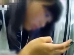 【本物痴漢】これはヤリ過ぎてるだろ!!電車で見掛けたJCを突然触りだす盗撮魔に恐怖で身動きできない激ヤバ動画!!の画像