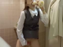 【個人撮影】バイブは常にマンコに刺さったまま!!オナニー中毒のOLが野外や店内トイレでする本気のマンズリ自撮りがエグい!の画像