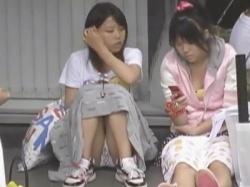 【パンチラ盗撮】まだ無防備な少女達のパンティすら狙うロリコン盗撮師が完全アウトな件!!【座りパンチラ】の画像