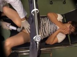 欲求不満のスケベ若妻が産婦人科医に電マ責めされ潮吹き昇天の画像
