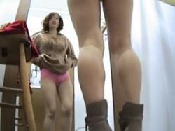 服屋のムチムチ美人店員が試着室で着替える様子を隠し撮りの画像