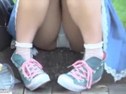 公園で地べたに座りM字開脚していた素人娘のパンチラ隠し撮りの画像