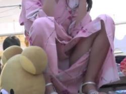 夏祭りにいた浴衣姿の素人娘の揺る股パンチラ隠し撮りの画像