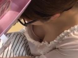 買い物に夢中な眼鏡っ娘の無防備な胸元から胸ちら隠し撮りの画像