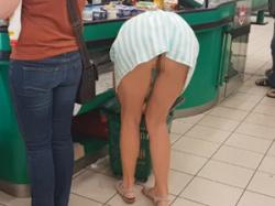 無修正!スーパーにいたワンピース娘が屈んだらノーパンでマンコ丸出しの画像