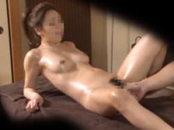 ガードの堅い女性客が際どい部分をオイルマッサージされ善がりまくりの画像