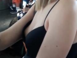 電車内で目の前にいた金髪外人素人娘の浮きブラ乳首隠し撮りの画像