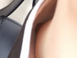 野外で座っていたノースリーブの貧乳娘の浮きブラ乳首隠し撮りの画像