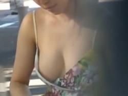 街中にいたノーブラで胸元緩々の無防備なお姉さんの乳首隠し撮りの画像