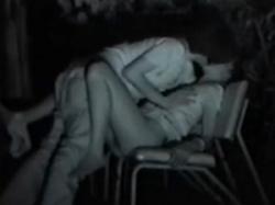 公園のベンチで半裸になり青姦セックスする若者カップルを赤外線隠し撮りの画像