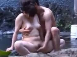 昼間から貸切露天風呂で濃厚セックスする発情カップルを隠し撮りの画像