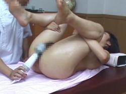 悪徳マッサージ師のエロ玩具を使った施術を受け入れるデカ尻素人娘の画像