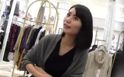 【盗撮】 ショップ店員のスカート逆さ撮り! 逆さHERO 美人店員さんの白いパンツを公開してます!の画像