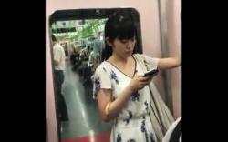 【盗撮】【パンチラ】ポニーテールの清楚系お姉さん、電車内でワンピースを逆さ撮りされる!の画像