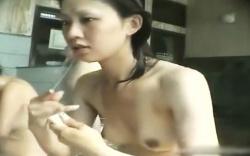 【盗撮】 女湯洗い場隠し撮り動画!美乳な美女が全裸を隣りで盗撮される!の画像