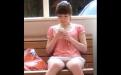 【盗撮】【パンチラ】スマホに夢中な女の子!ミニスカートからパンツ見えてますよ!の画像