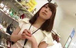 【パンチラ盗撮】ショップ店員のスカート逆さ撮り動画!逆さHERO 靴屋の可愛い店員さんのパンツ。の画像