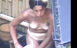 【盗撮】露天風呂隠し撮り動画!日焼けギャルママなどなど、57分の画像