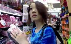 【パンチラ盗撮】買い物中のギャルのパンツを逆さ撮り!逆さHERO 食い込みパンツの画像