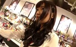 【パンチラ盗撮】かわいい美容部員さんのパンツを逆さ撮り動画!逆さHEROの画像