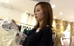 【パンチラ盗撮】ショップ店員のスカートを逆さ撮り!逆さHERO 美人店員さんのカラフルパンツの画像
