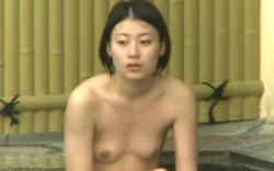 【盗撮】露天風呂隠し撮り動画。貧乳美女の画像