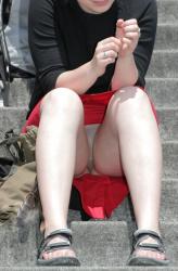 【パンチラ盗撮エロ画像】お股ユルユルで無防備にしゃがんでる女の子に下心丸出しになる!の画像