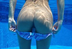 【素人水中エロ画像】プールの中でハプニングが多発…ビキニ女子達の悪ノリが凄い!の画像