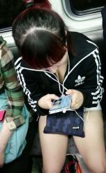 【電車盗撮エロ画像】無防備な素人女子が多くて胸チラ撮り放題…ムラッとして股間が膨らんでしまうwwwの画像