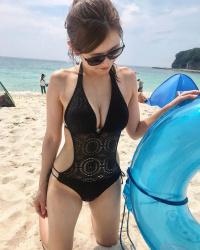 【ビーチ盗撮エロ画像】海で開放的になる素人女子のビキニ姿が強烈過ぎて撮影に気合が入る!の画像