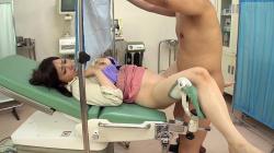 【産婦人科盗撮エロ画像】女性患者を診察中に変態医師が好き勝手に猥褻行為してる!の画像