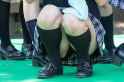 【JK座りパンチラ盗撮エロ画像】10代女子が街の至る所で座り込んで休憩…クロッチ部分を隠し撮り!の画像